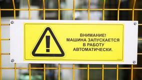 Testo del segnale di pericolo con le lettere dipinte nere su fondo giallo Il concetto per non entra nell'area, cautela, il perico archivi video