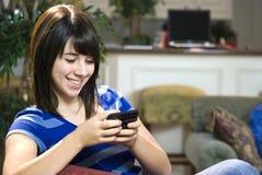 testo dell'adolescente di messaggio fotografia stock