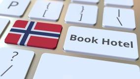 Testo dell'hotel del libro e bandiera della Norvegia sui bottoni sulla tastiera di computer Il viaggio ha collegato l'animazione  royalty illustrazione gratis