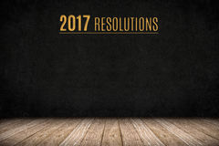 testo dell'oro di 2017 risoluzioni sulla parete della lavagna sul floo di legno della plancia Immagini Stock Libere da Diritti