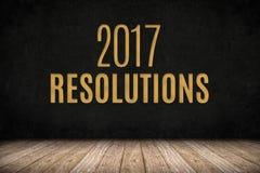 testo dell'oro di 2017 risoluzioni sulla parete della lavagna sul floo di legno della plancia Fotografia Stock
