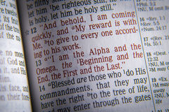 Testo della bibbia sono l'alfa e l'Omega immagini stock