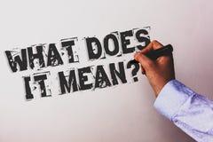 Testo della scrittura che cosa significa la domanda L'interrogazione di curiosità di confusione di significato di concetto domand fotografie stock