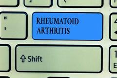Testo della scrittura che scrive artrite reumatoide Concetto che significa malattia autoimmune che può causare i dolori articolar immagine stock libera da diritti