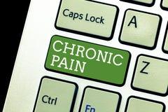Testo della scrittura che scrive dolore cronico Concetto che significa dolore che estende oltre il periodo previsto di guarigione fotografie stock libere da diritti