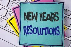 Testo della scrittura che scrive nuovo anno \ 'risoluzioni di S Gli obiettivi di scopi di significato di concetto mira alle decis Immagini Stock
