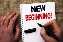 Testo della scrittura che scrive a nuovo inizio chiamata motivazionale Vita cambiante di crescita della forma di nuovo inizio di  Immagine Stock
