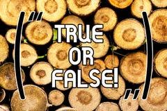 Testo della scrittura vero o falso Il significato di concetto decide fra un fatto o dire ad una confusione di dubbio di bugia il  fotografie stock libere da diritti