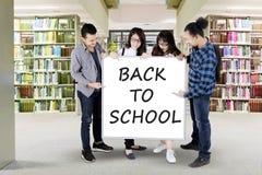 Testo della tenuta dei compagni di classe di nuovo alla scuola Immagine Stock Libera da Diritti