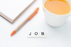 Testo delle parole incrociate di lavoro con succo d'arancia isolato su backgroun bianco immagine stock libera da diritti