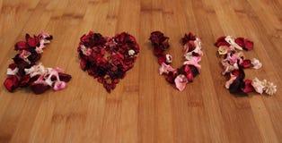 Testo di amore con i fiori asciutti fotografie stock libere da diritti