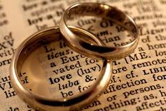 Testo di amore con le fasce di cerimonia nuziale Fotografia Stock