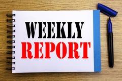 Testo di annuncio della scrittura che mostra rapporto settimanale Concetto di affari per analizzare prestazione scritta sul BAC d fotografia stock libera da diritti