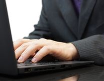 Testo di battitura a macchina dell'uomo d'affari su una tastiera del computer portatile Fotografia Stock Libera da Diritti