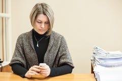Testo di battitura a macchina della giovane donna sul telefono cellulare, copyspace Immagini Stock Libere da Diritti