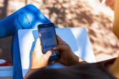 Testo di battitura a macchina maschio nella rete sociale tramite cellulare immagini stock