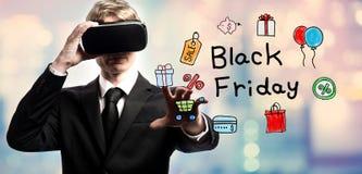 Testo di Black Friday con l'uomo d'affari facendo uso di una realtà virtuale Immagini Stock