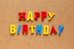 Testo di buon compleanno sul fondo del cartone Immagini Stock