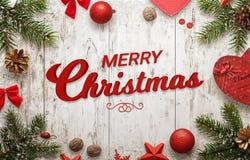 Testo di Buon Natale su superficie di legno bianca Albero di Natale Immagine Stock
