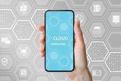 Testo di calcolo della nuvola visualizzato sullo schermo attivabile al tatto frameless Mano che tiene telefono astuto moderno Fotografia Stock Libera da Diritti