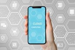 Testo di calcolo della nuvola visualizzato sullo schermo attivabile al tatto frameless Mano che tiene telefono astuto moderno Fotografie Stock