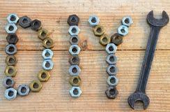 Testo di DIY (fai-da-te) dai piccoli dadi e chiave immagini stock libere da diritti