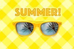 Testo di estate ed occhiali da sole gialli con le riflessioni della palma isolati nel fondo giallo pastello di griglia Fotografia Stock Libera da Diritti