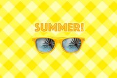 Testo di estate ed occhiali da sole gialli con le riflessioni della palma isolati nel grande fondo giallo pastello di griglia Fotografie Stock