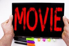 Testo di film scritto sulla compressa, computer nell'ufficio con l'indicatore, penna, cancelleria Concetto di affari per il film  immagini stock libere da diritti