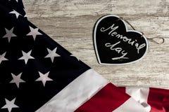 Testo di Giorno dei Caduti in cuore e bandiera neri degli Stati Uniti immagine stock libera da diritti