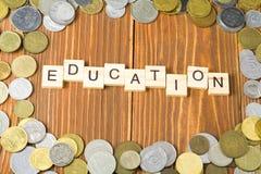 Testo di istruzione sul cubo di legno con la struttura delle monete a fondo di legno Immagini Stock Libere da Diritti