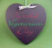 Testo di messaggio vegetariano di giorno del mondo scritto sulla lavagna di forma del cuore Fotografie Stock