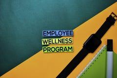 Testo di programma di benessere degli impiegati sul fondo della tavola di colore di vista superiore fotografie stock libere da diritti