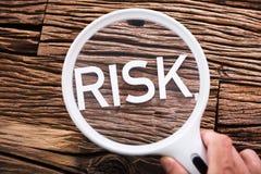 Testo di rischio tramite la lente d'ingrandimento Immagini Stock