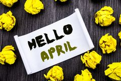 Testo di scrittura che mostra ciao aprile Concetto di affari per il benvenuto della primavera scritto sul BAC di legno della nota Immagine Stock Libera da Diritti