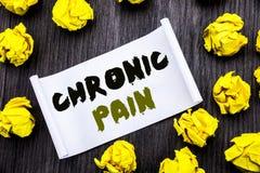 Testo di scrittura che mostra dolore cronico Il concetto di affari per ritenere la cattiva cura malata scritta sul libro appiccic fotografie stock