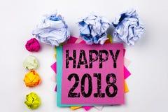Testo di scrittura che mostra 2018 felice scritto sulla nota appiccicosa nell'ufficio con le palle della carta della vite Concett Immagini Stock