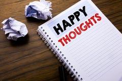 Testo di scrittura che mostra i pensieri felici Concetto di affari per felicità che pensa buon scritto sulla carta per appunti de Fotografie Stock