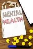 Testo di scrittura che mostra la salute mentale Concetto di affari per disordine di malattia di ansia scritto su carta per appunt fotografie stock