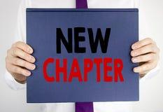 Testo di scrittura che mostra nuovo capitolo Concetto di affari per iniziare nuova vita futura scritta sulla tenuta della carta d Fotografia Stock Libera da Diritti