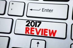 Testo di scrittura che mostra rassegna 2017 Concetto di affari per il resoconto sommario annuale scritto sulla chiave di tastiera Fotografia Stock