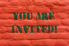 Testo di scrittura di parola siete invitato Il concetto di affari per la ricezione e l'invito per un evento ci uniscono per celeb royalty illustrazione gratis