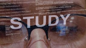 Testo di studio su sviluppatori di software femminili stock footage