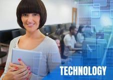 Testo di tecnologia ed insegnante dell'università con classe nel centro di calcolo Immagine Stock Libera da Diritti