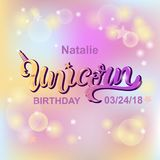 Testo di Unicorn Birthday isolato su fondo colorato pastello Illustrazione di Stock