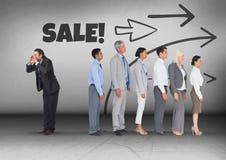 Testo di vendita e direzione delle frecce con l'uomo d'affari che chiama nella direzione opposta del gruppo Fotografia Stock