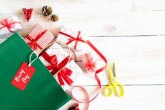 Testo di vendita di santo Stefano su un'etichetta nera con il contenitore di regalo e di sacchetto della spesa su un fondo bianco fotografia stock libera da diritti