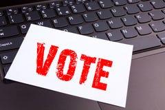 Testo di voto di scrittura fatto nel primo piano dell'ufficio sulla tastiera di computer portatile Concetto di affari per il voto Immagini Stock Libere da Diritti