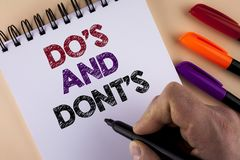 Testo Do di scrittura di parola e Don'Ts Concetto di affari per che cosa può essere fatto e che cosa non può conoscere sbagliato  Immagine Stock Libera da Diritti