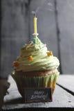 Testo e dolce di buon compleanno con una candela, fumo di galleggiamento Immagini Stock